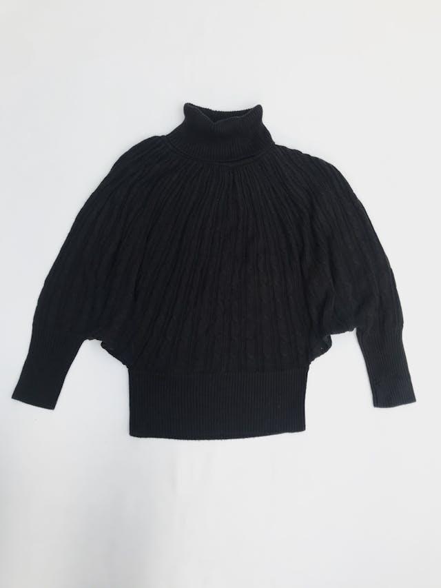Chompa Basement negra, cuello tortuga, textura trenzada, manga murciélago con pretinas anchas Talla M  foto 2