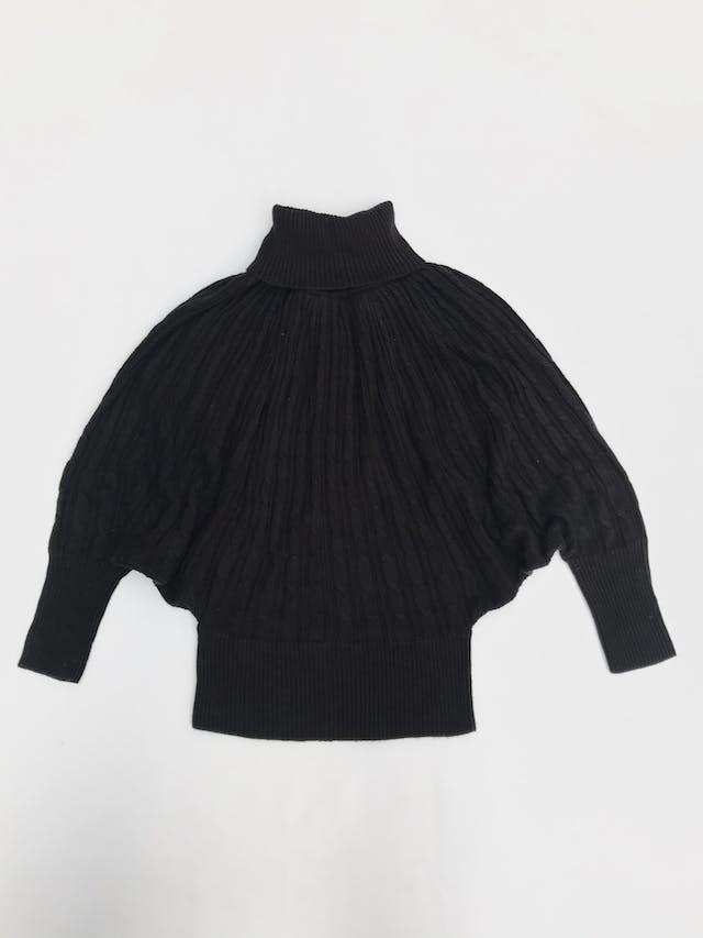 Chompa Basement negra, cuello tortuga, textura trenzada, manga murciélago con pretinas anchas Talla M  foto 1