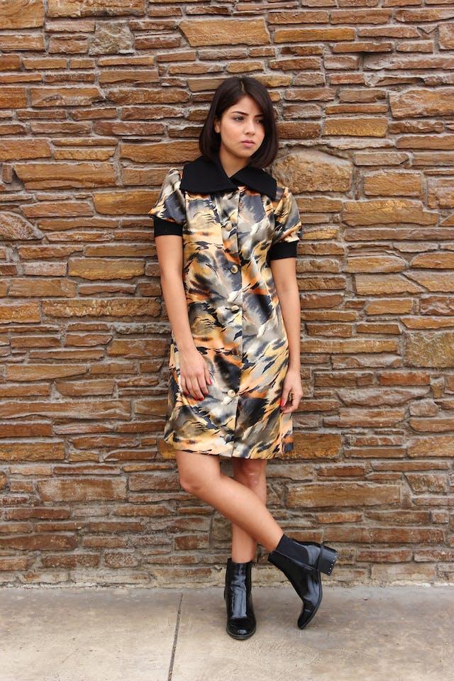 Vestido camisero único de tela satinada estilo animal print, corte recto, con maxicuello y pretina en mangas. Largo 85cm. COLECCIÓN UPCYCLING. foto 1