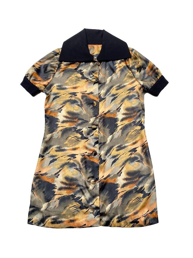 Vestido camisero único de tela satinada estilo animal print, corte recto, con maxicuello y pretina en mangas. Largo 85cm. COLECCIÓN UPCYCLING. foto 2