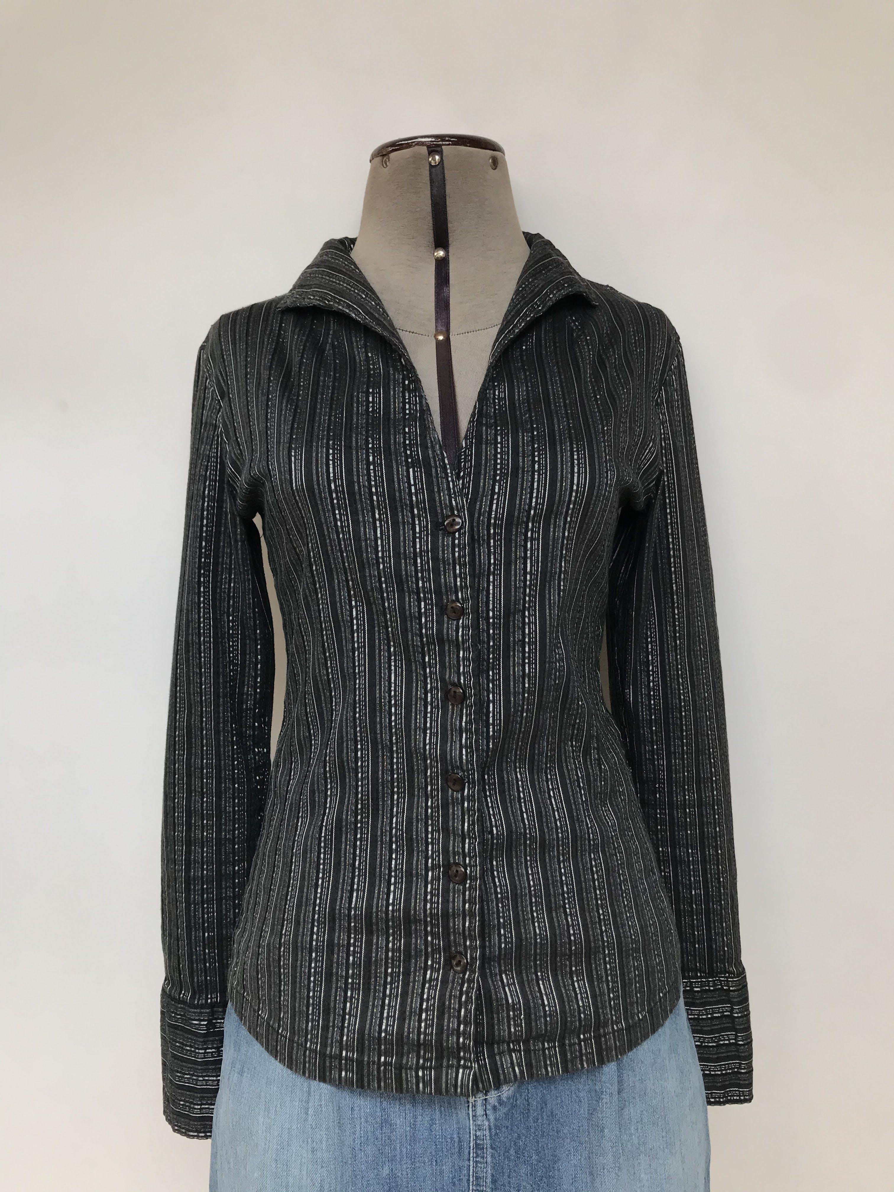 Blusa negra con rayas grises y plateadas, 95% algodón, escote en V y botones delanteros, manga larga con puños anchos  Talla S