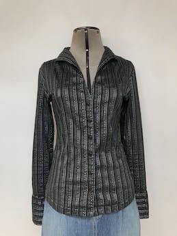 Blusa negra con rayas grises y plateadas, 95% algodón, escote en V y botones delanteros, manga larga con puños anchos  Talla S foto 1