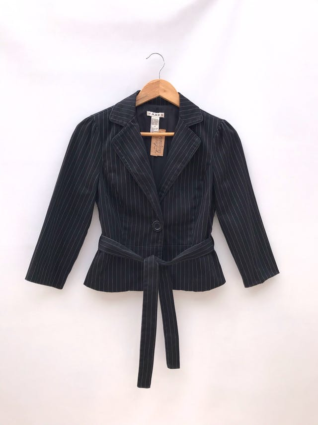 Blazer corto negro con líneas punteadas en tono beige, 95% algodón, un botón, manga 3/4 con botones, cinto para amarrar y lleva forro foto 1