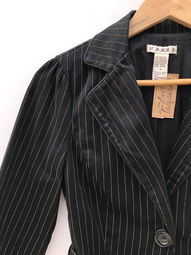 Blazer corto negro con líneas punteadas en tono beige, 95% algodón, un botón, manga 3/4 con botones, cinto para amarrar y lleva forro foto 3