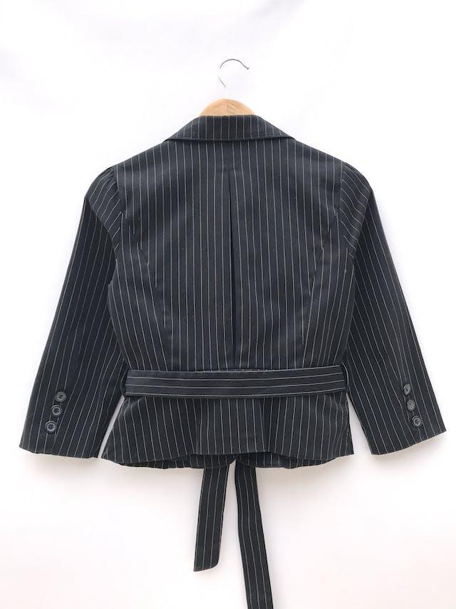 Blazer corto negro con líneas punteadas en tono beige, 95% algodón, un botón, manga 3/4 con botones, cinto para amarrar y lleva forro foto 2