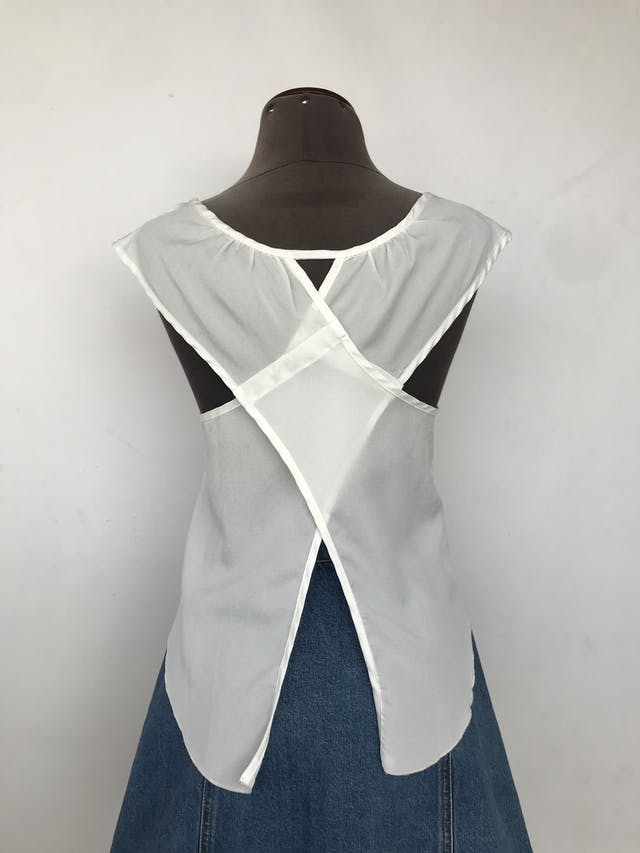 Blusa de gasa blanca con bolsillo delantero y espalda cruzada Talla M foto 2