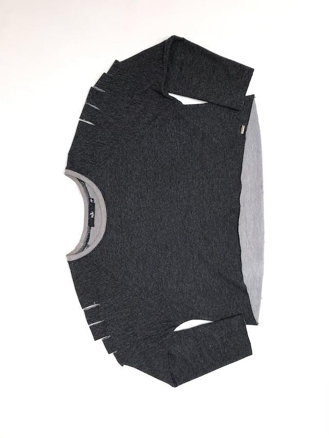 Polera crop gris de algodón con cortes en las mangas foto 2
