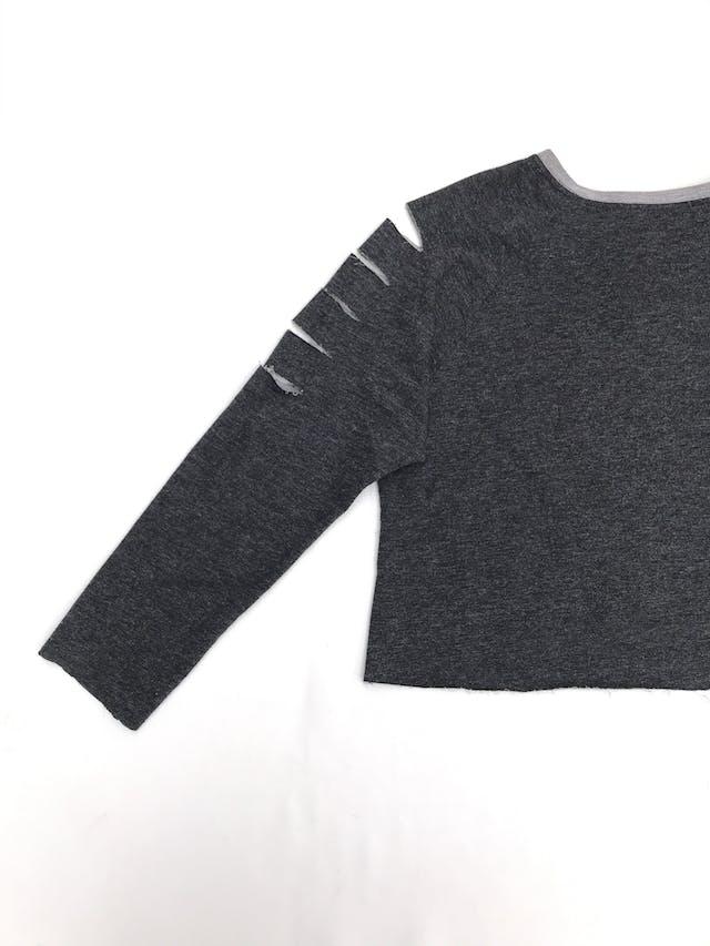 Polera crop gris de algodón con cortes en las mangas foto 3