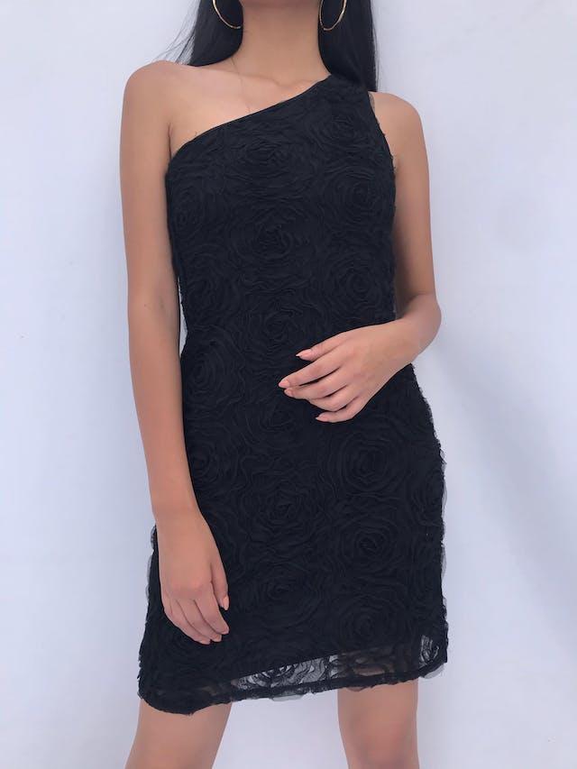 Vestido negro one shoulder con textura de flores de tul, cierre lateral y lleva forro. Lindo! Talla S foto 1