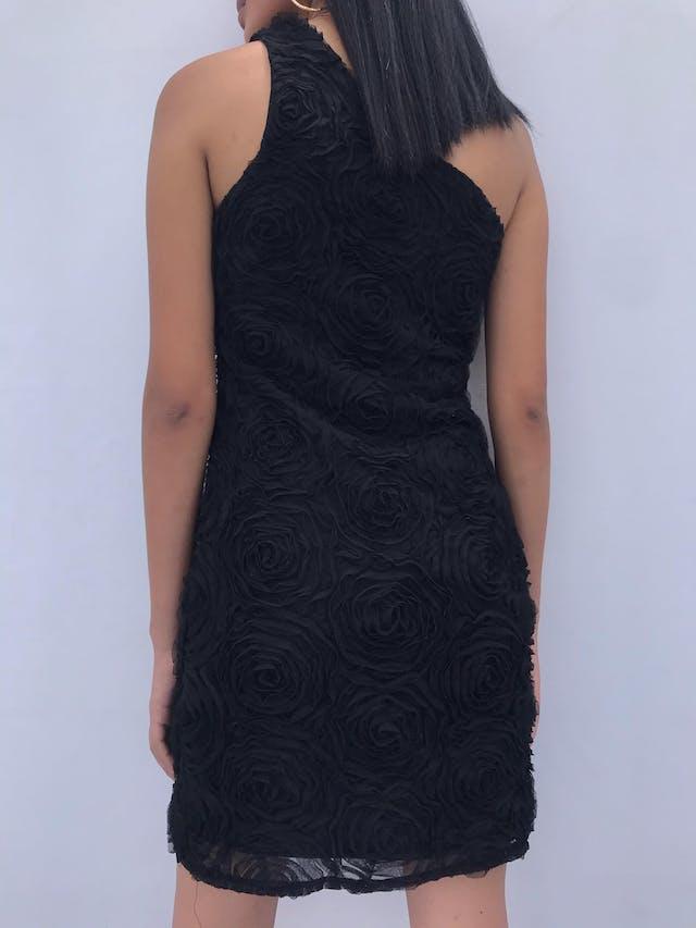 Vestido negro one shoulder con textura de flores de tul, cierre lateral y lleva forro. Lindo! Talla S foto 2