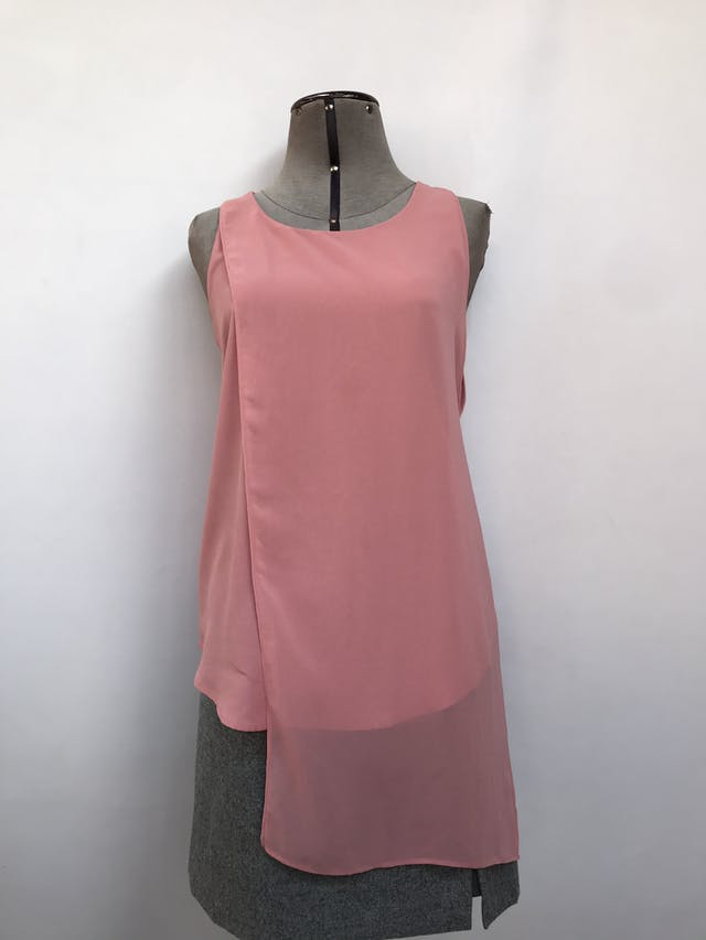 Blusa Mango rosada con capa de gasa asimétrica y aberturas laterales. Precio original S/ 150 Talla S foto 1