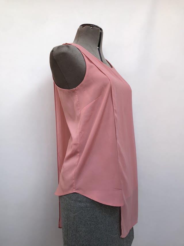 Blusa Mango rosada con capa de gasa asimétrica y aberturas laterales. Precio original S/ 150 Talla S foto 2