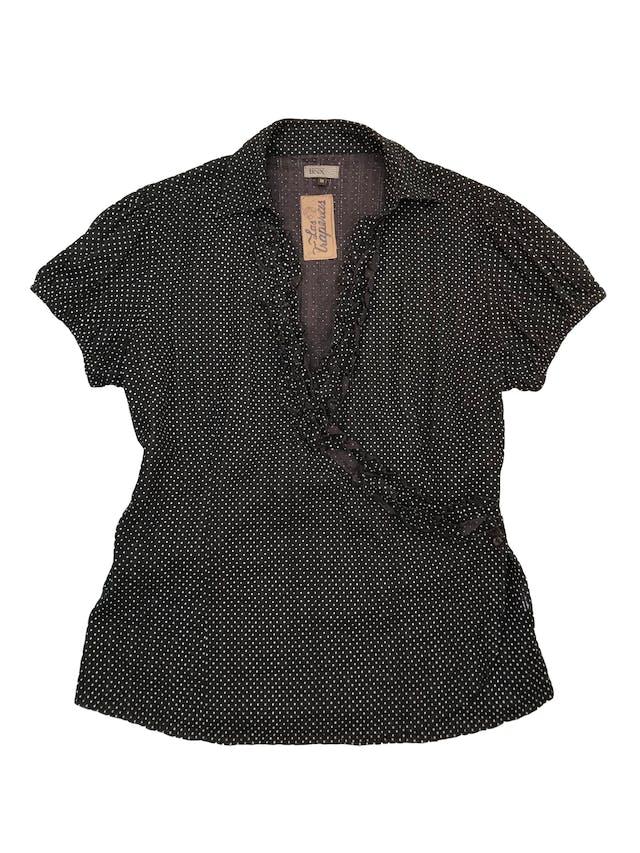 Blusa BNX  100% algodón marrón con estampado de dots blancos, escote cruzado con botón y detalle de bobos, manga corta con elástico en la basta. Busto 105cm  foto 1