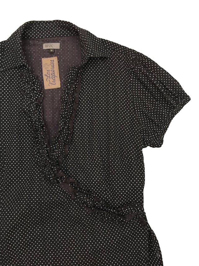 Blusa BNX  100% algodón marrón con estampado de dots blancos, escote cruzado con botón y detalle de bobos, manga corta con elástico en la basta. Busto 105cm  foto 2