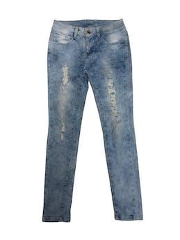 Pantalón jean a la cintura color celeste lavado, rasgados en la pierna, ligeramente stretch, bolsillos laterales y posteriores. Es pitillo Pretina 66cm Talla 26 foto 1