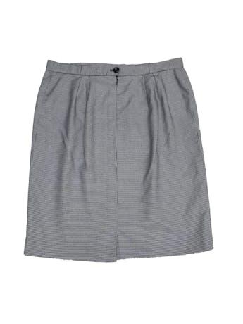 Falda recta con estampado pata de gallo blanco y negro, forrada, largo a la rodilla, con botón y cierre posterior foto 3