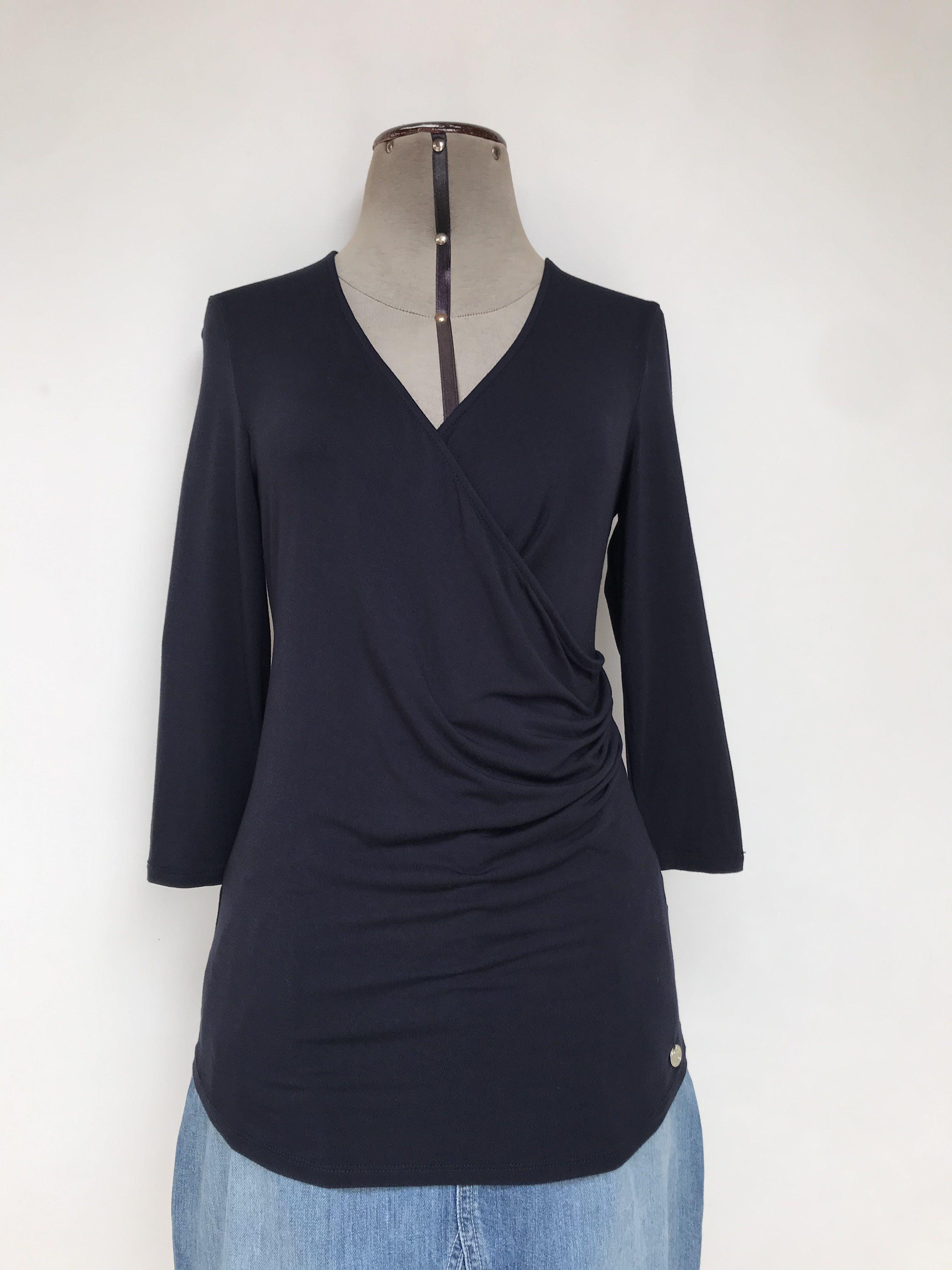 Polo Cacharel azul marino, escote cruzado con pliegues laterales, manga 3/4 y tela tipo algodón stretch Talla S