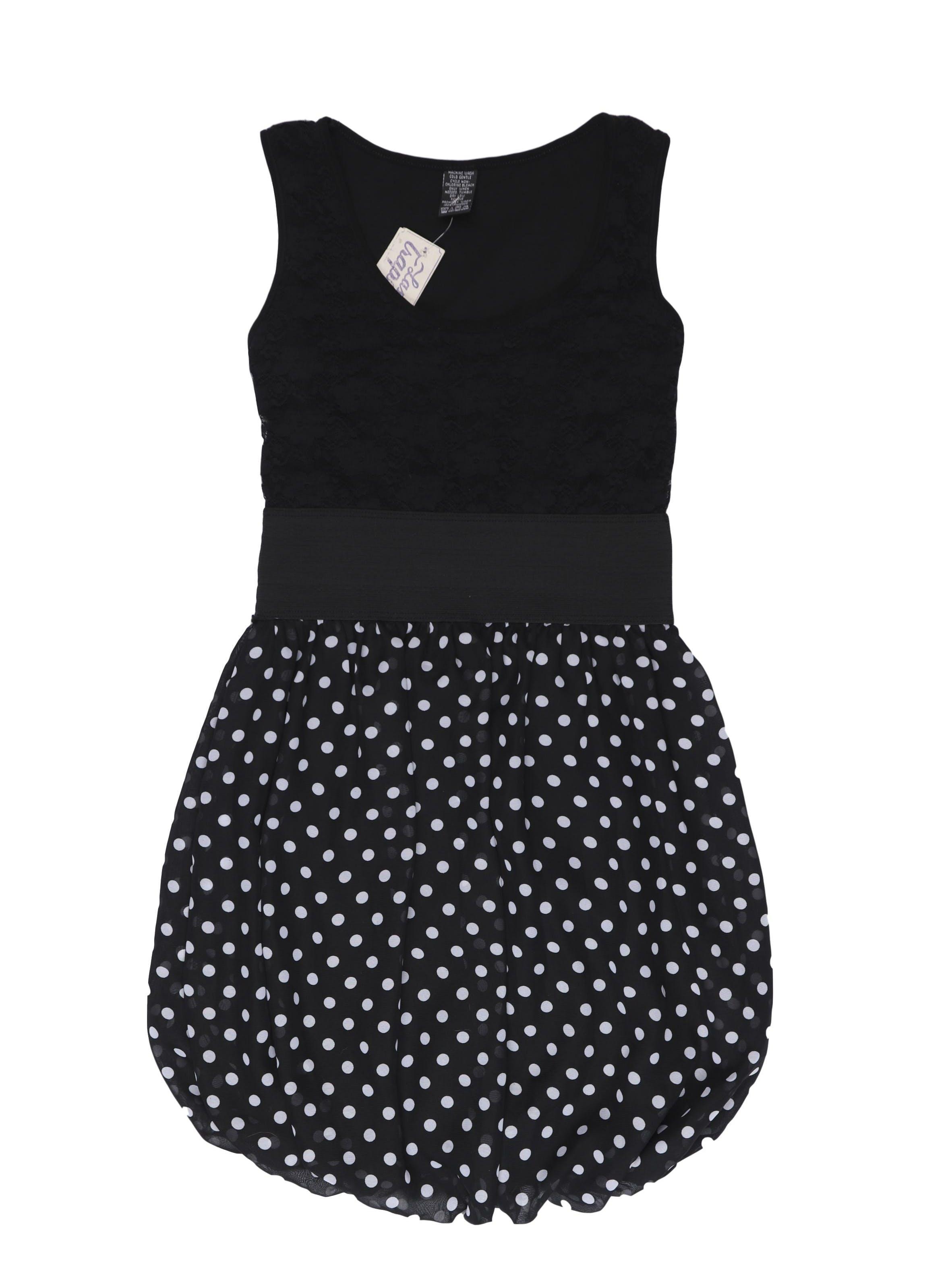 Vestido de encaje negro superior y falda globo de gasa con dots blancos, manga cero, elástico en la cintura y lleva forro. Largo 75cm