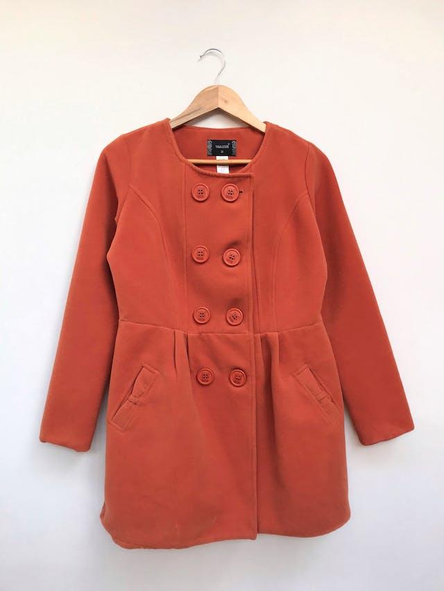 Saco naranja de tela tipo paño, 70% algodón, cuello redondo, botones grandes en el centro, corte en la cintura con pliegues, bolsillos laterales y lazo en la espalda, forrado Talla M foto 1
