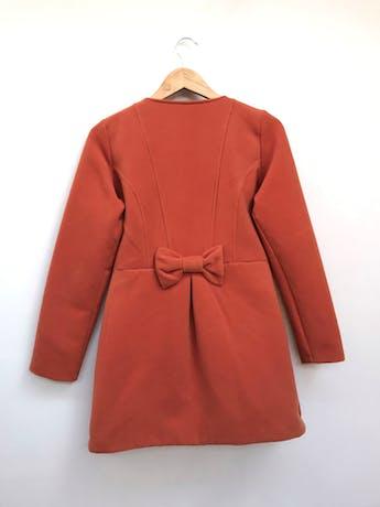 Saco naranja de tela tipo paño, 70% algodón, cuello redondo, botones grandes en el centro, corte en la cintura con pliegues, bolsillos laterales y lazo en la espalda, forrado Talla M foto 2