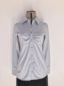 Blusa Basement a rayas blancas y plomas, cuello camisero, botones en el medio con fruncido y manga larga con puño ancho Talla M foto 1