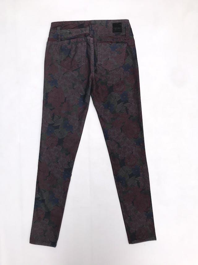 Pantalón pitillo Mossimo, jean con estampado de flores, pretina con dos cortes, bolsillos laterales y posteriores foto 2