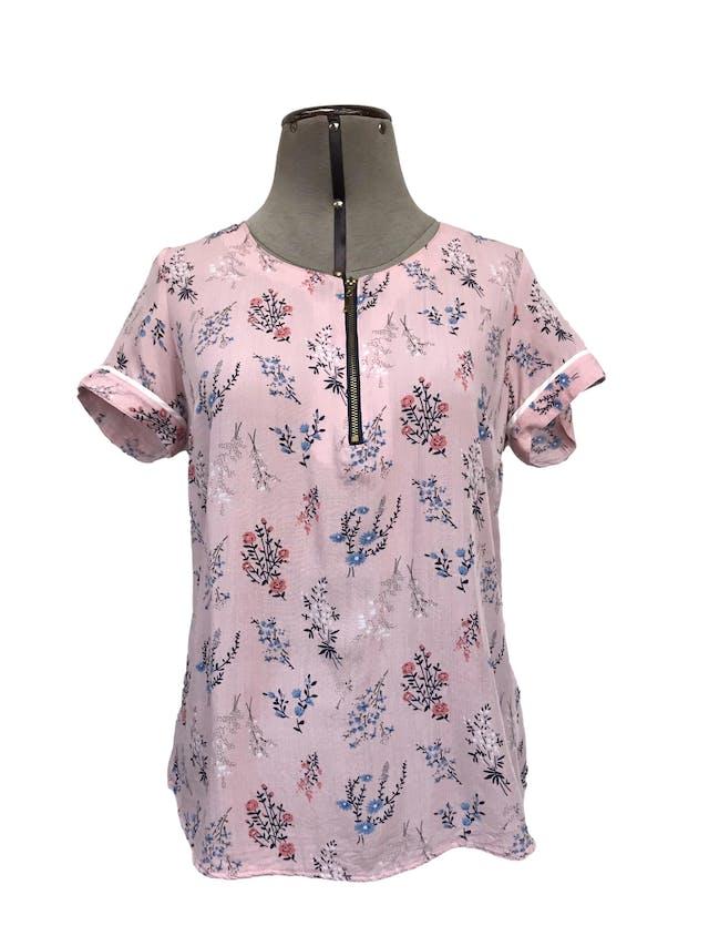 Blusa CP Claudia Paez rosada con estampado de flores, cierre dorado en el pecho, dobladillo en las mangas. Precio original S/ 160 Talla M foto 1