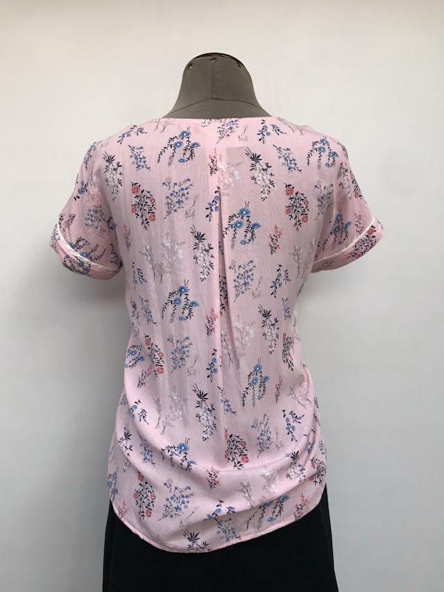 Blusa CP Claudia Paez rosada con estampado de flores, cierre dorado en el pecho, dobladillo en las mangas. Precio original S/ 160 Talla M foto 2