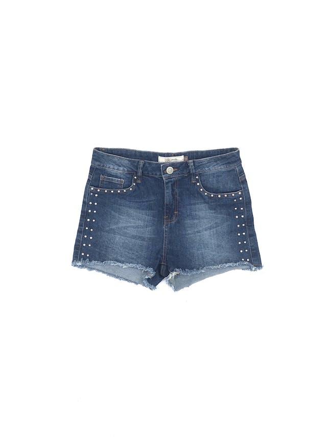 Short denim azul focalizado con aplicaciones circulares laterales, corte a la cintura, bolsillos delanteros y posteriores, basta deshilachada Talla 30 foto 1