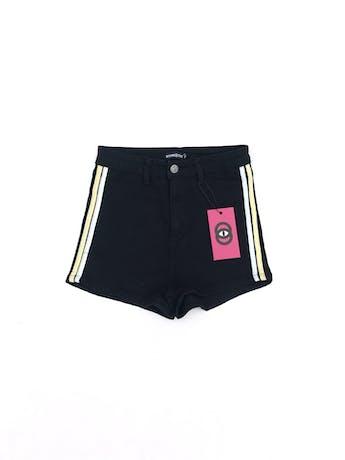Short Hypnotic a la cintura, denim negro stretch, con franjas laterales amarillas y blancas. Cintura 66cm (sin estirar) Nuevo con etiqueta S/ 80 foto 1
