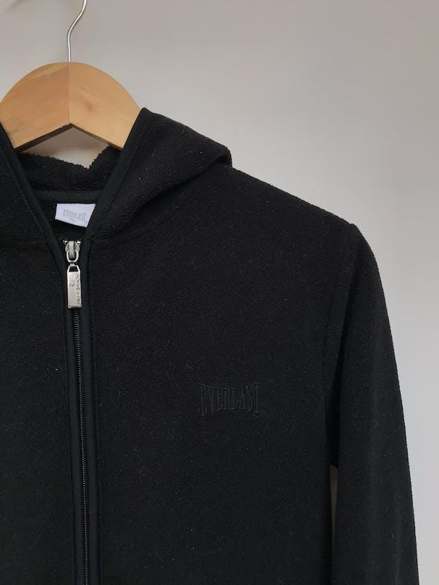 Casaca Everlast negra tipo polar con bolsillos laterales y cierre delantero, tiene capucha. Precio original S/ 150 Talla S foto 2