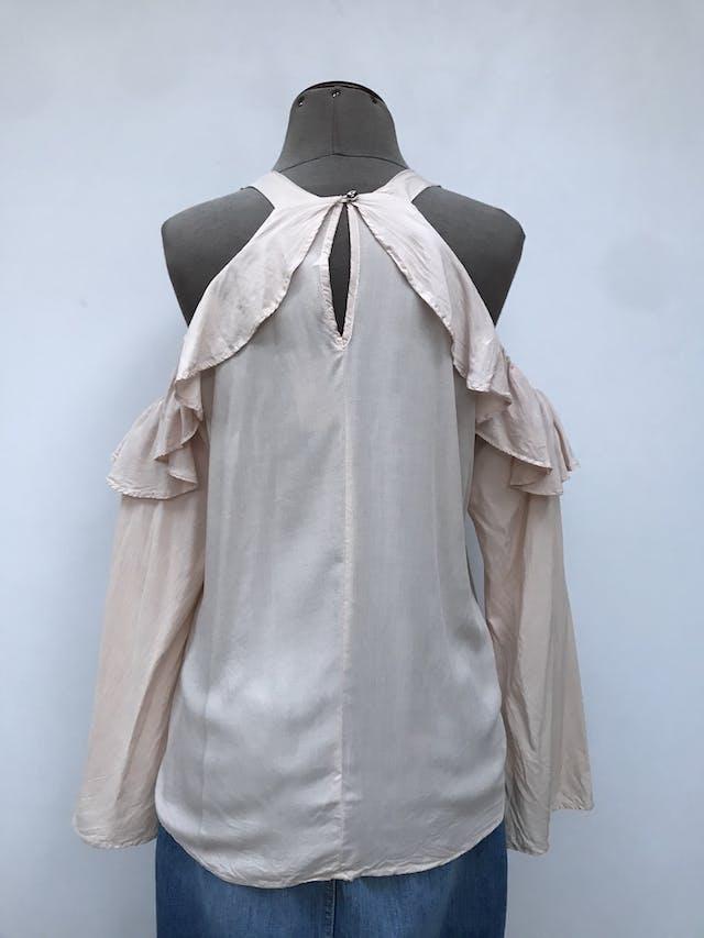 Blusa off shoulder con tiras gruesas, tela crema fresca, volante y botón posterior en el cuello  Talla M (puede ser L chico) foto 2