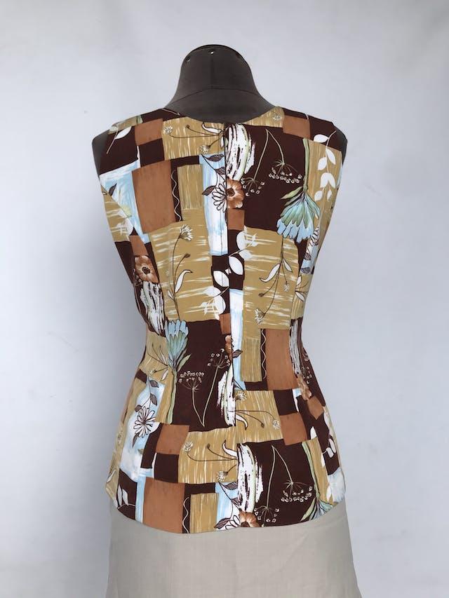 Blusa vintage con estampado de cuadros grandes en tonos marrones, mostazas y flores blancas, pinzas delanteras y posteriores, cierre en la espalda Talla S (puede ser M) foto 2