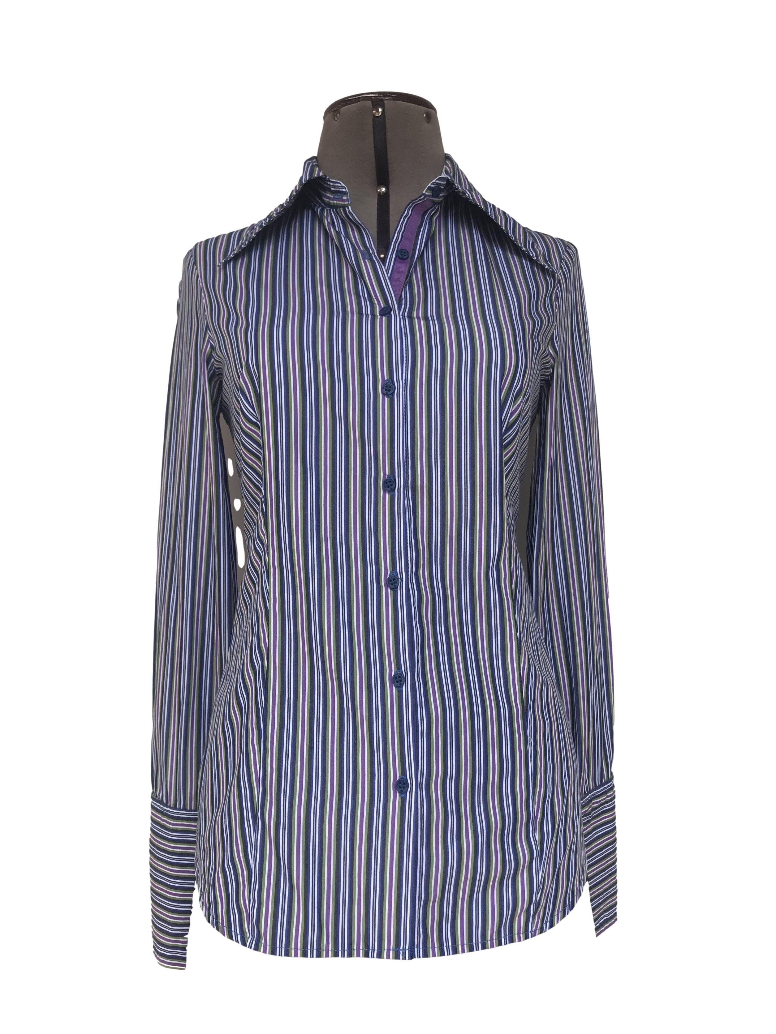 Blusa Michelle Belau a rayas en tonos azules, morados y blancos, 75% algodón, fila de botones azules y puño ancho. Linda! Tallo S