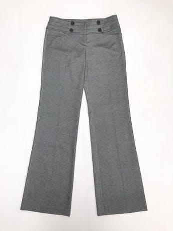 Pantalón gris, pretina ancha con botones, bolsillos laterales y pierna semicampana foto 1