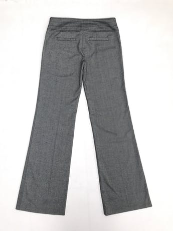 Pantalón gris, pretina ancha con botones, bolsillos laterales y pierna semicampana foto 2