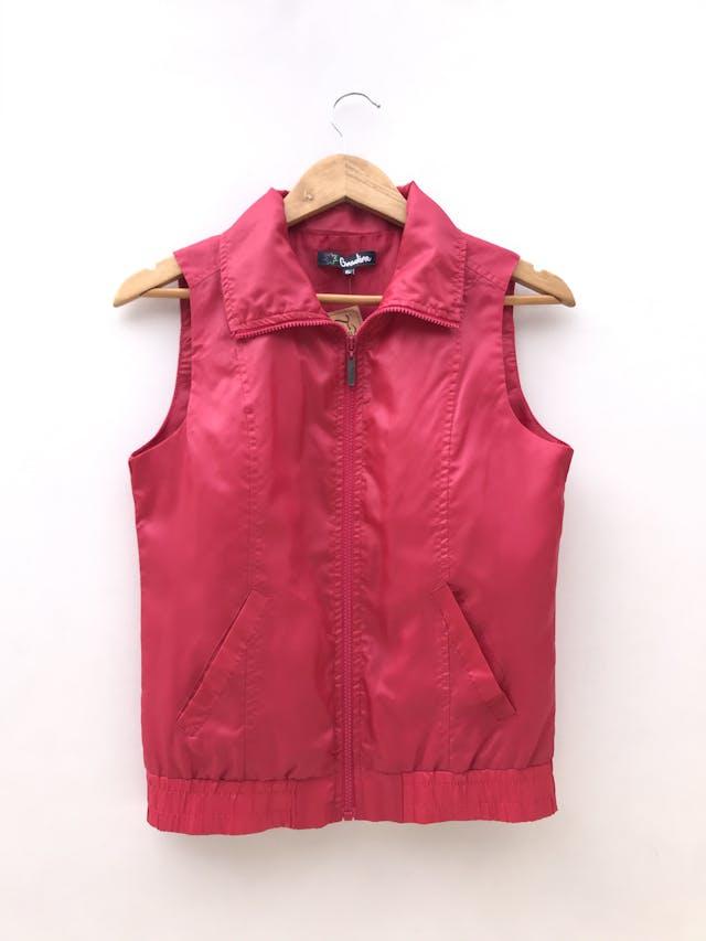 Chaleco rojo satinado, cierre en el medio, forrado y bolsillos laterales foto 1