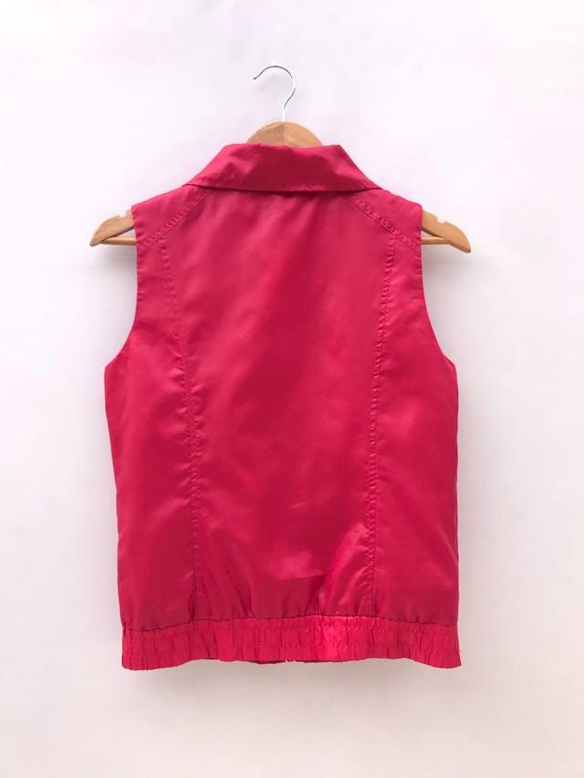 Chaleco rojo satinado, cierre en el medio, forrado y bolsillos laterales foto 2
