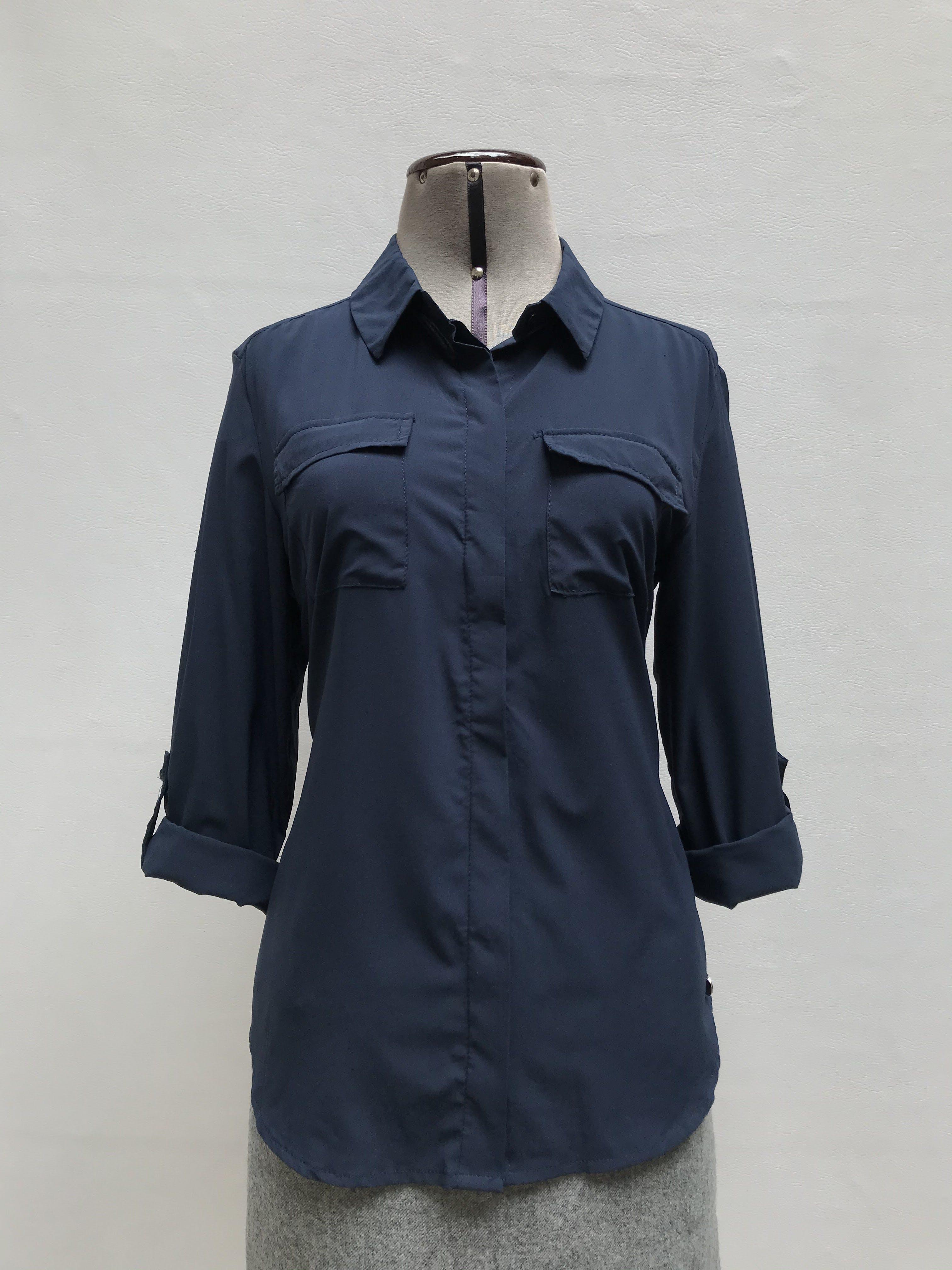 Blula Cacharel azul con cuello camisero, bolsillos en el pecho y fila de botones en el medio, manga larga regulable con botón Talla M