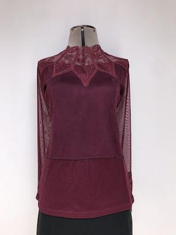 Blusa de tul guinda con bordado y strass en el pecho y en las mangas, delantero gamuzado, forrada. Linda!  Talla M foto 1