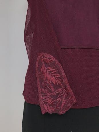 Blusa de tul guinda con bordado y strass en el pecho y en las mangas, delantero gamuzado, forrada. Linda!  Talla M foto 2