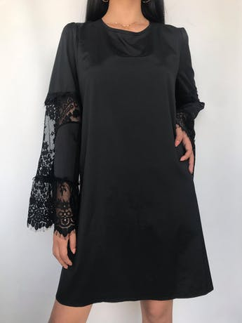 Vestido negro con aplicaciones de encaje en mangas campana Talla XL/XXL foto 2