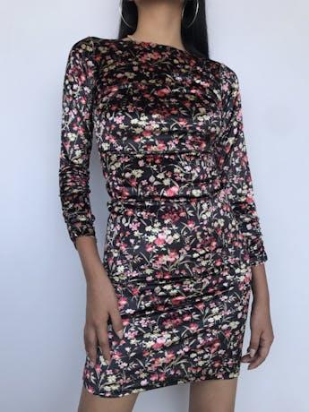 Vestido Joaquim Miro de terciopelo negro con estampado de flores, cuello ojal, manga larga con encarrujado, lleva forro. Precio Original S/ 280 Talla XS foto 1