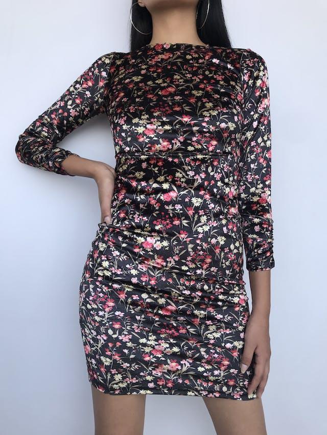 Vestido Joaquim Miro de terciopelo negro con estampado de flores, cuello ojal, manga larga con encarrujado, lleva forro. Precio Original S/ 280 Talla XS foto 2