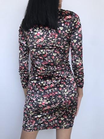 Vestido Joaquim Miro de terciopelo negro con estampado de flores, cuello ojal, manga larga con encarrujado, lleva forro. Precio Original S/ 280 Talla XS foto 3
