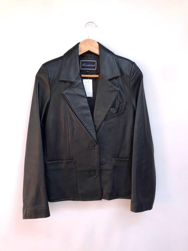 Casaca Rossano (marca argentina) de cuero negro, forrada, dos botones delanteros, bolsillos y solapas. Tiene una manchita muy sutil de 1cm aprox en la solapa izquierda Talla S foto 1
