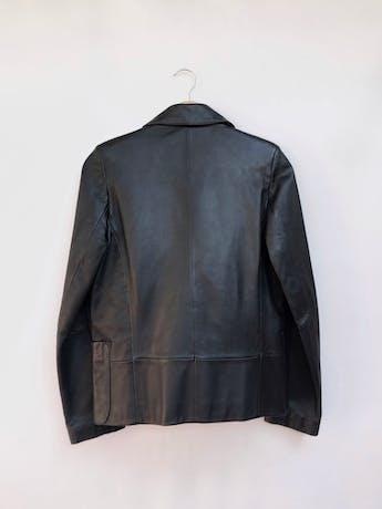 Casaca Rossano (marca argentina) de cuero negro, forrada, dos botones delanteros, bolsillos y solapas. Tiene una manchita muy sutil de 1cm aprox en la solapa izquierda Talla S foto 2