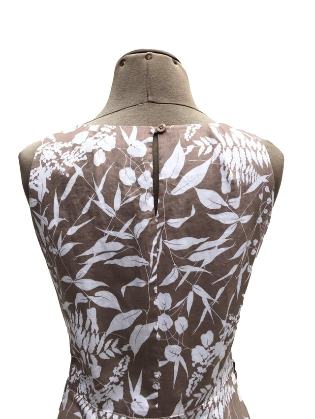 Vestido Moda&cia marrón claro con estampado de flores blancas, 97% algodón, forrado en el torso, botón posterior en el cuello, cierre lateral y bolsillos. Largo 91cm. Precio original S/ 250 foto 2