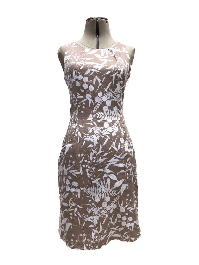 Vestido Moda&cia marrón claro con estampado de flores blancas, 97% algodón, forrado en el torso, botón posterior en el cuello, cierre lateral y bolsillos. Largo 91cm. Precio original S/ 250 foto 1