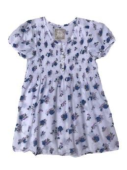 Blusa Exit blanca con estampado de flores azules y moradas, panal de abeja en el pecho con botones. Largo 70cm foto 1